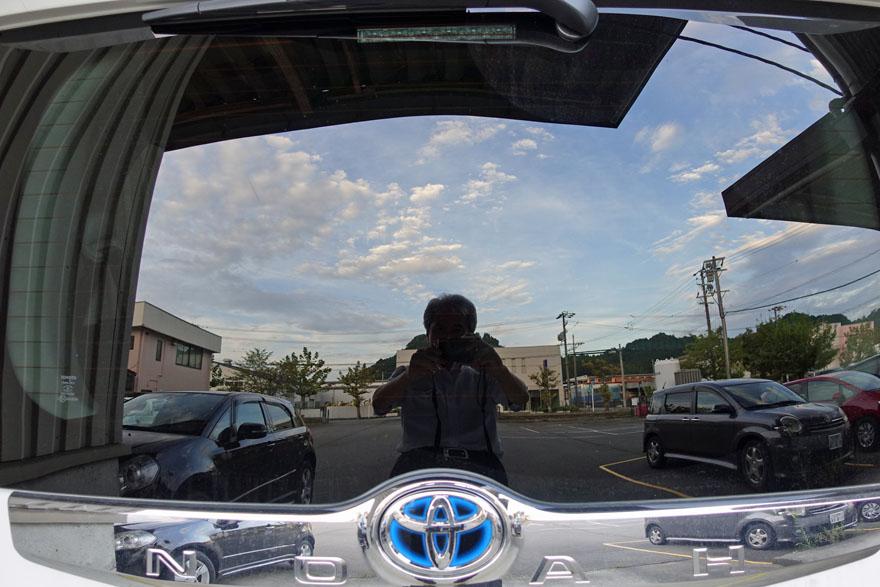 車のリアガラスに写る青空